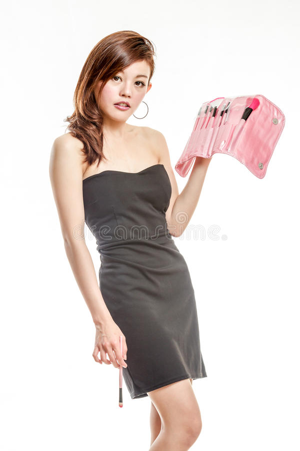 Femme asiatique attirante appliquant le maquillage image libre de droits