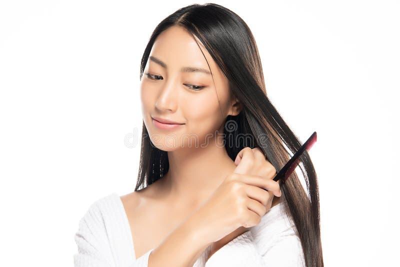 Femme asiatique attirante prenant soin de ses cheveux image libre de droits