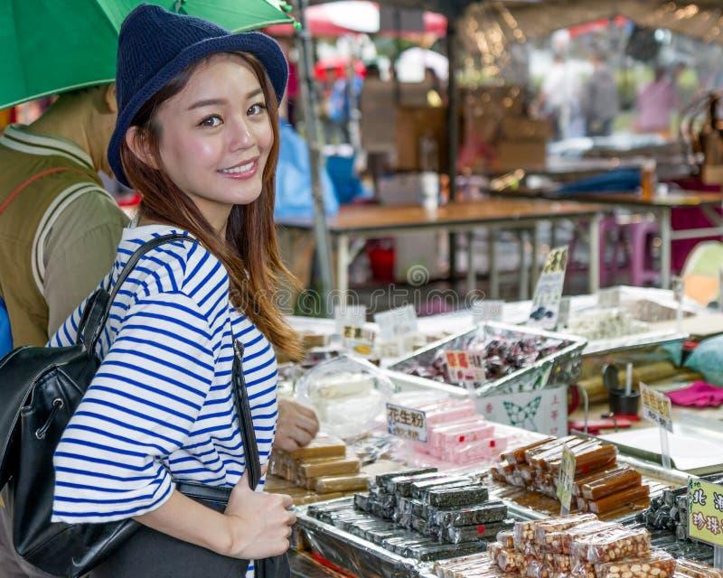 Femme asiatique au stand de nougat sur le marché asiatique photo libre de droits