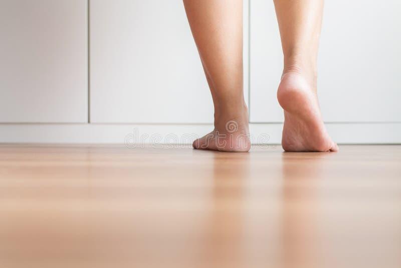 Femme asiatique aux pieds nus propre et peau de solf sur le plancher en bois image stock