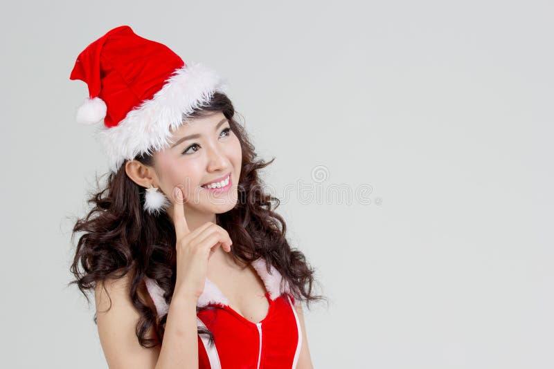 Femme asiatique avec la pensée de robe de Santa photographie stock