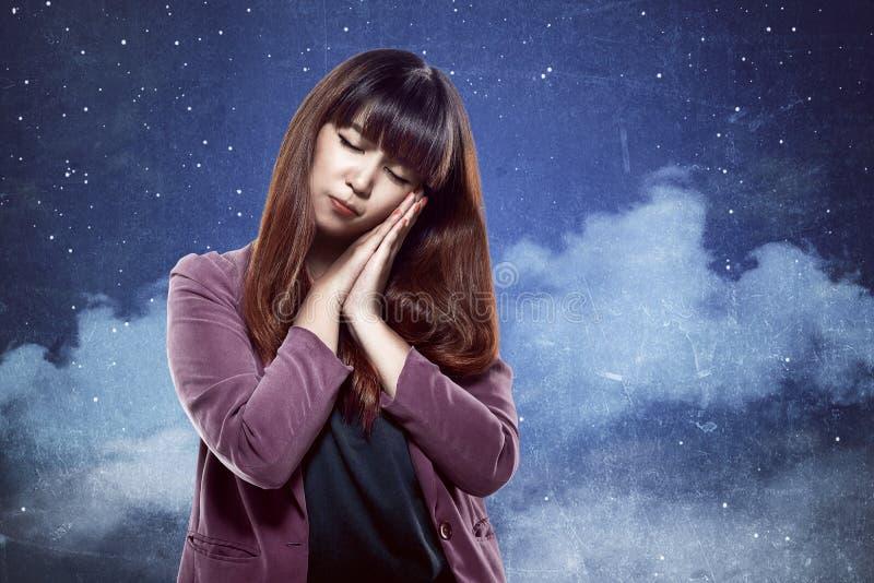 Femme asiatique avec le geste somnolent photos stock