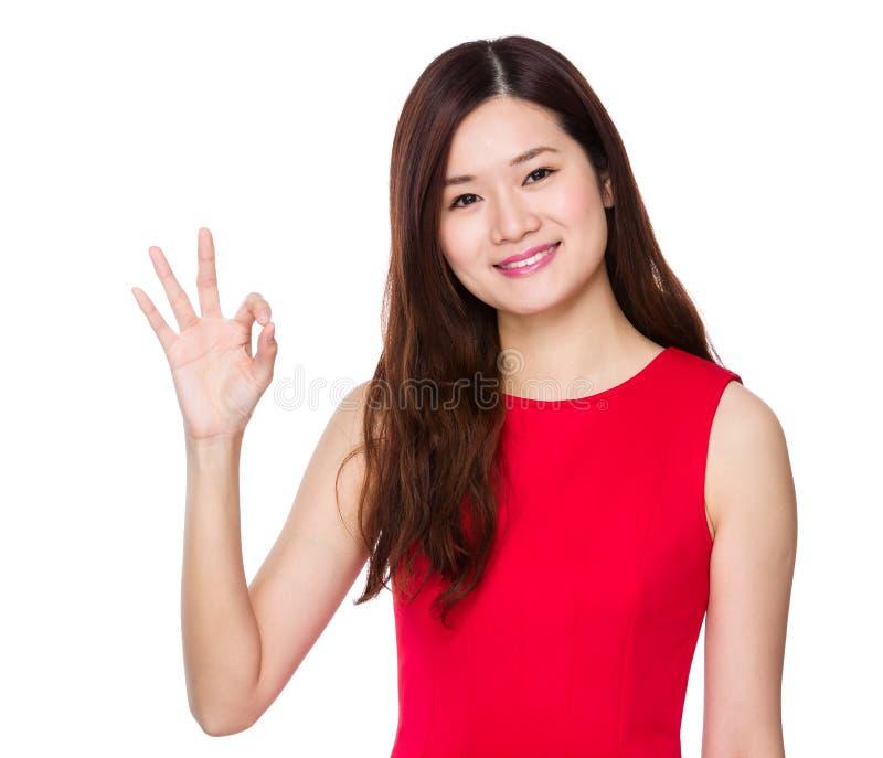 Femme asiatique avec le signe correct images stock