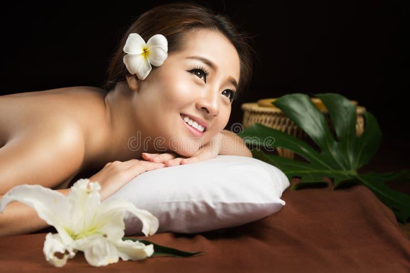 Femme asiatique ayant le massage et le concept de traitement de beauté de salon de station thermale photos stock