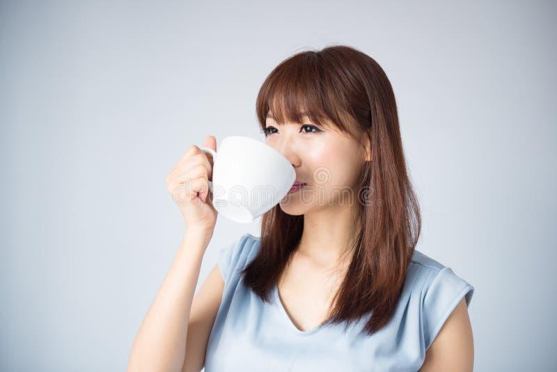 Femme asiatique buvant une tasse de café photographie stock