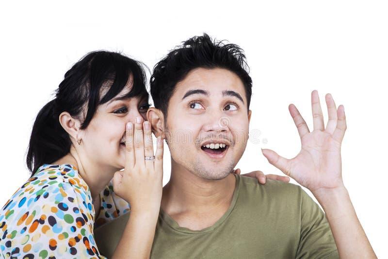 Femme asiatique chuchotant des actualités secrètes photographie stock