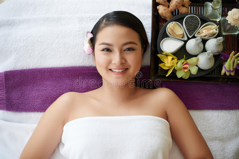 Femme asiatique détendant dans le salon de beauté images stock