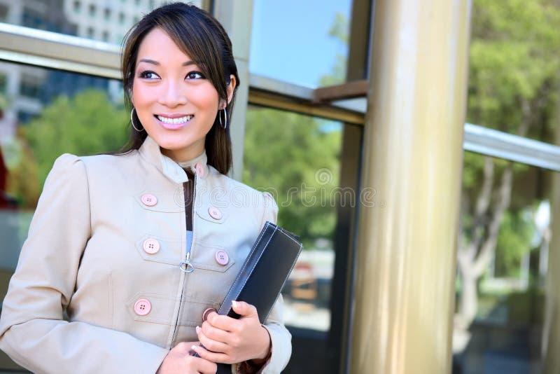 Femme asiatique d'affaires au bureau image libre de droits