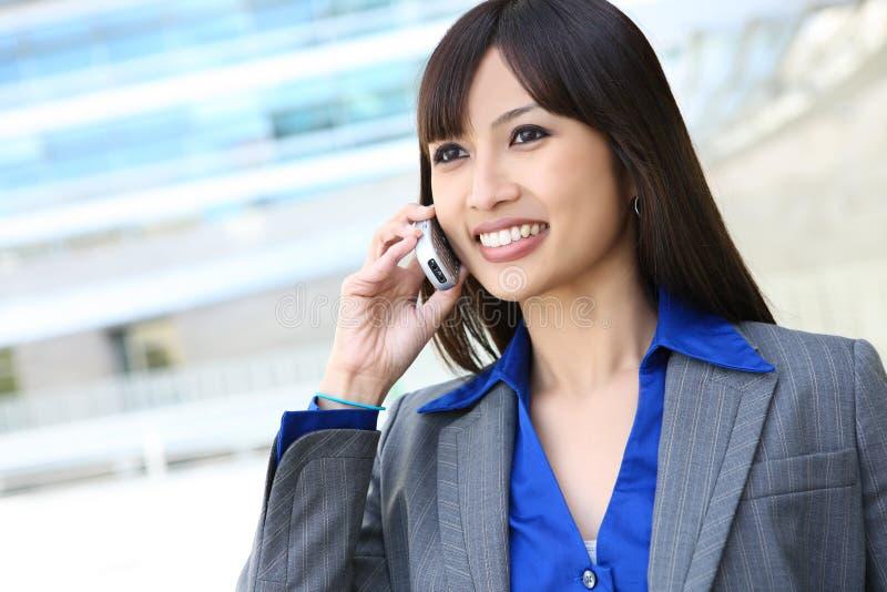 Femme asiatique d'affaires au téléphone images stock