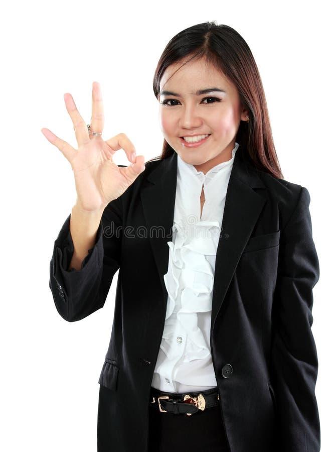 Femme asiatique d'affaires avec le signe correct de main photos stock