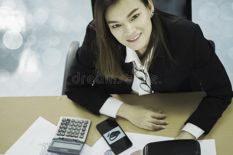 Femme asiatique d'affaires de vue supérieure souriant heureusement, avec le document les ventes du casque de VR sur le marché mon image libre de droits