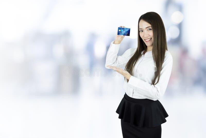 Femme asiatique d'affaires montrant la carte de crédit photos stock