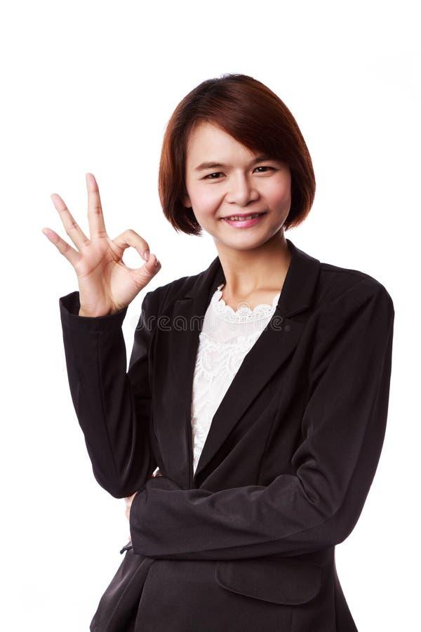 Femme asiatique d'affaires montrant le signe CORRECT de main photographie stock