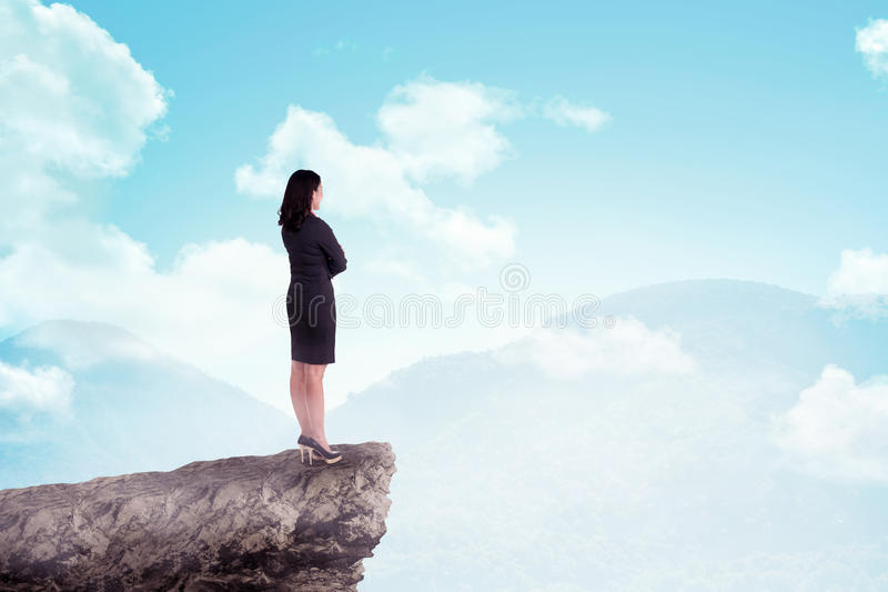 Femme asiatique d'affaires se tenant sur la montagne image stock