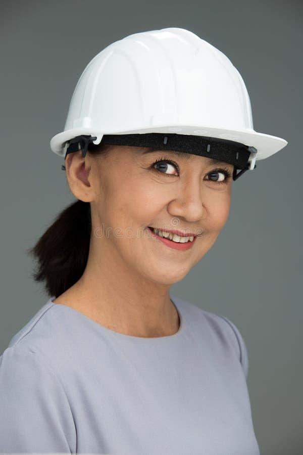 Femme asiatique d'années d'Engineer 50s 60s d'architecte photo libre de droits