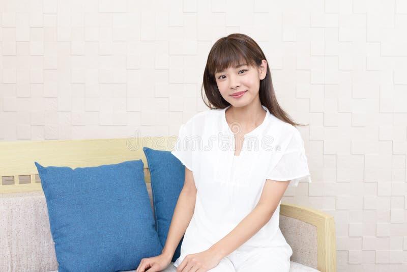 Femme asiatique d?contract?e images stock