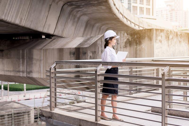 Femme asiatique d'ingénieur d'inspection travaillant au chantier de construction extérieur images stock