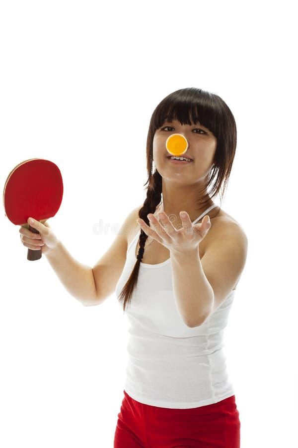 Femme asiatique d'Oung avec une raquette de ping-pong photos stock