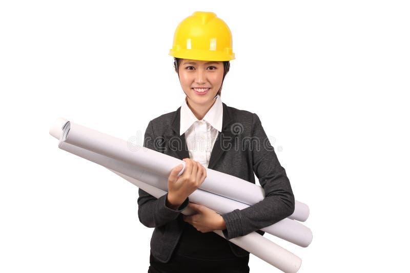 Femme asiatique dans l'usage d'ingénierie d'affaires tenant de grands rouleaux de dessins photo libre de droits