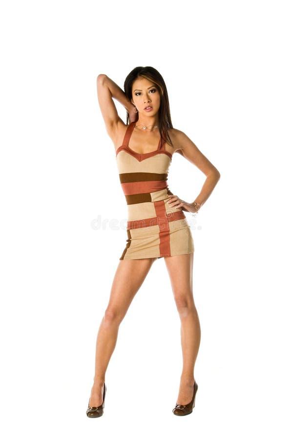 Femme asiatique dans la mini robe image stock