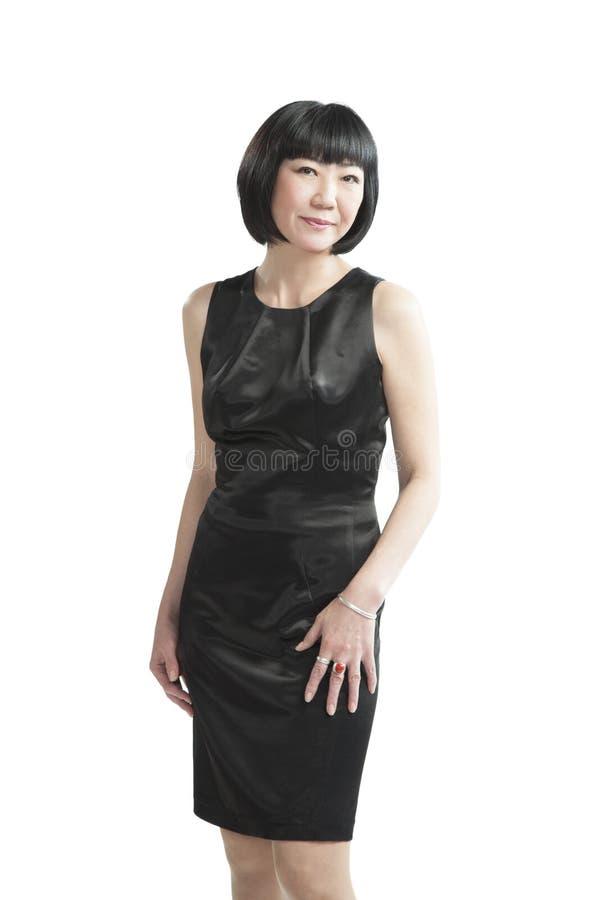 Femme asiatique dans la robe noire images stock