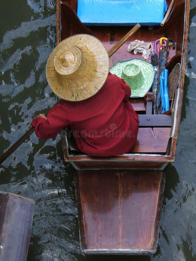 Femme asiatique dans un bateau images stock