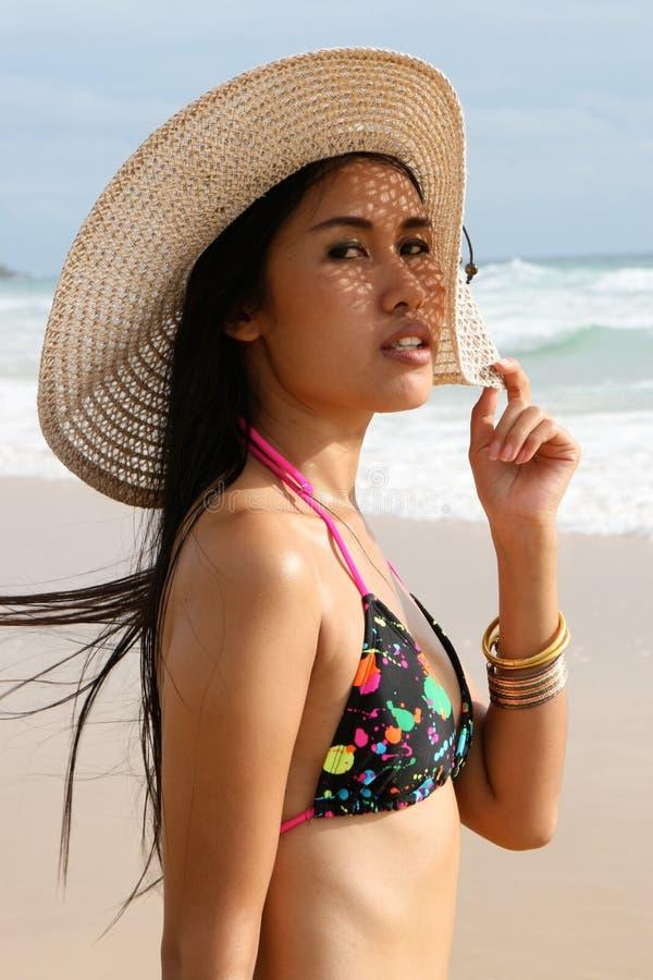 Femme asiatique dans un bikini. photo stock