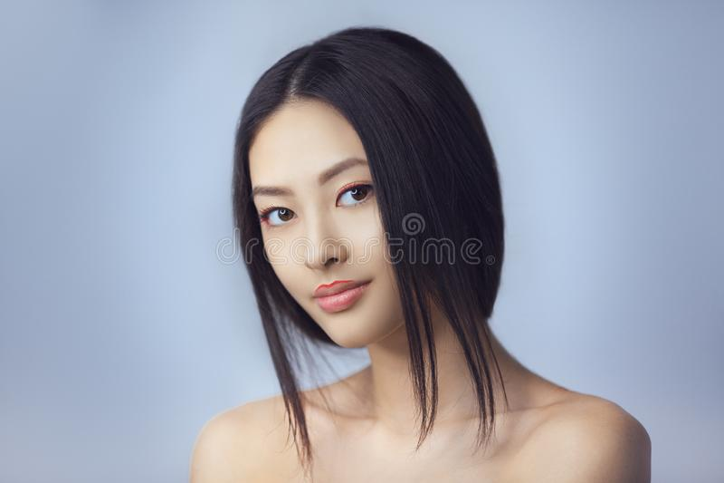 Femme asiatique de beauté avec le maquillage créatif Portrait en gros plan Fille de sourire photo stock