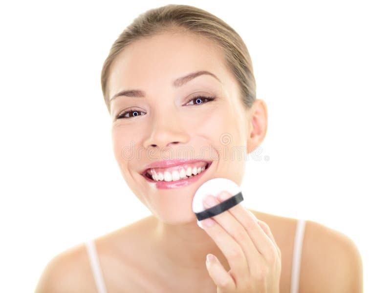 Femme asiatique de beauté de maquillage appliquant le visage de base photos libres de droits