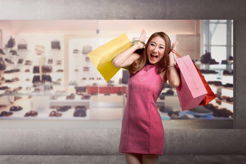 Femme asiatique de jeune mode heureuse avec des paniers image stock