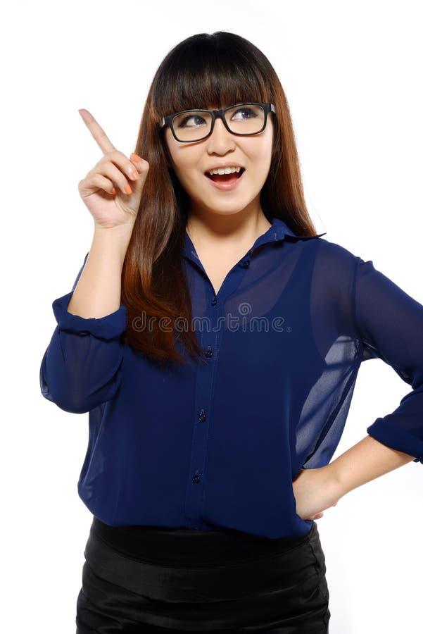 Femme asiatique de jeunes affaires réussies avec l'indication par les doigts images libres de droits