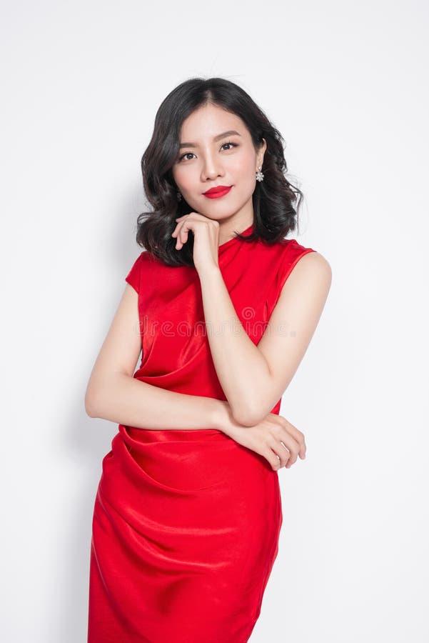 femme asiatique de luxe tonnante dans la robe habill e rouge l gante photo stock image du. Black Bedroom Furniture Sets. Home Design Ideas