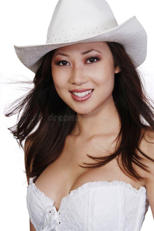 Femme asiatique de sourire dans le chapeau de cowboy images libres de droits