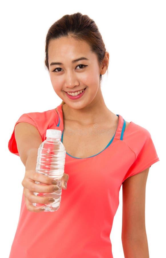 Femme asiatique de sourire heureuse dans l'usage de forme physique avec la bouteille de l'eau photographie stock