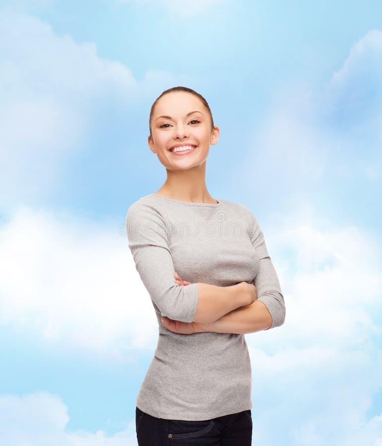 Femme asiatique de sourire plus d'avec les bras croisés image libre de droits