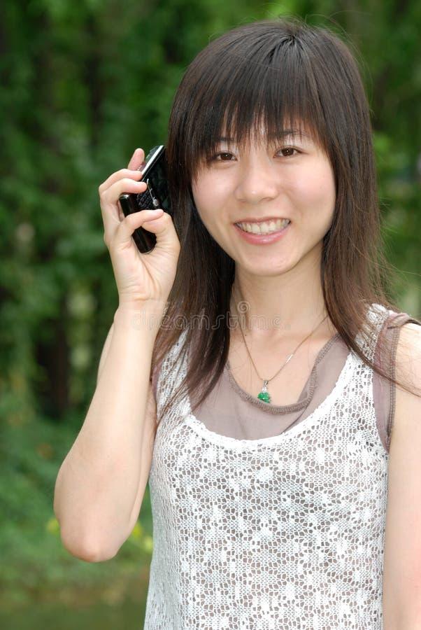 femme asiatique de téléphone portable image libre de droits