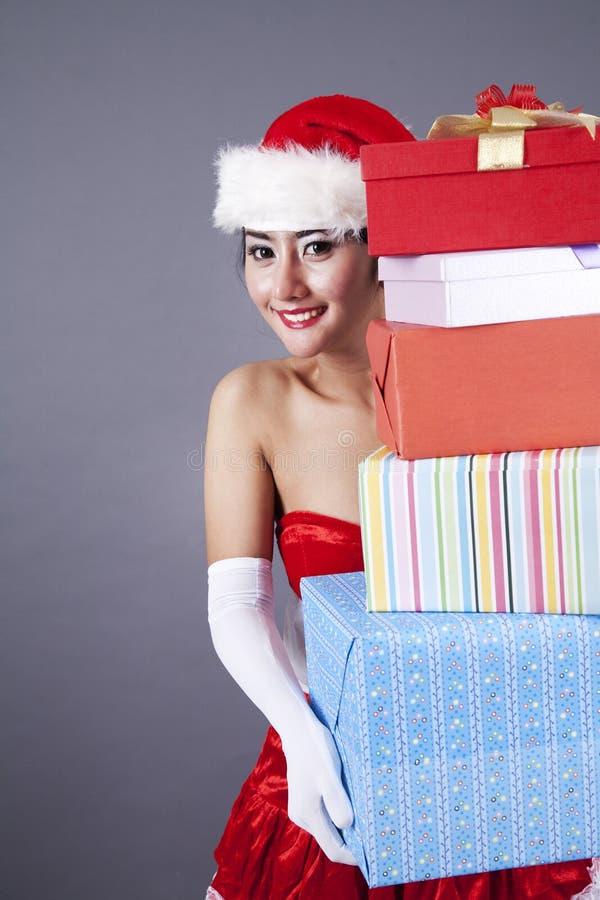 Femme Asiatique En Cadeaux De Transport De Noël Photos libres de droits