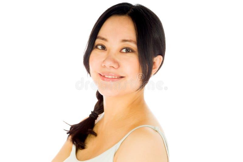 Femme asiatique enceinte d'isolement sur heureux blanc images stock