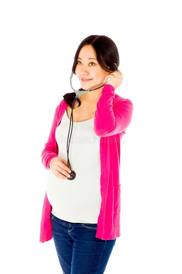 Femme asiatique enceinte d'isolement sur le blanc avec photos libres de droits