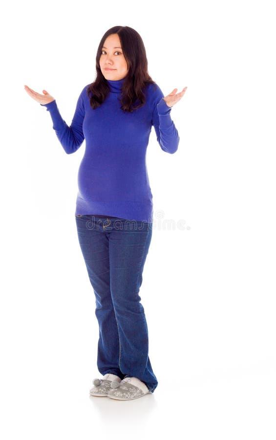 Femme asiatique enceinte d'isolement sur le blanc perplexe image libre de droits