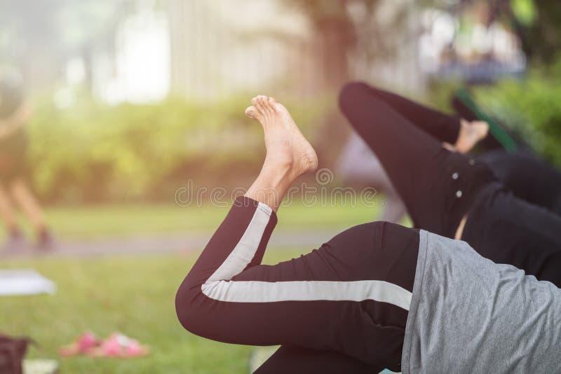 Femme asiatique faisant le yoga ou l'exercice en parc photo stock