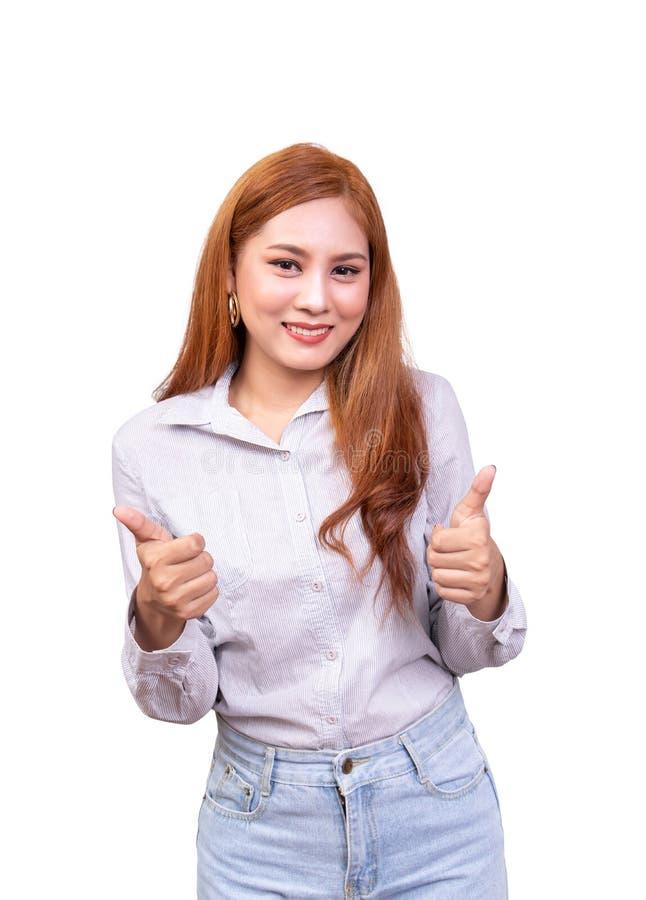 Femme asiatique gaie regardant la cam?ra avec l'expression heureuse repr?sentation des pouces- avec les deux mains, langage du co photographie stock