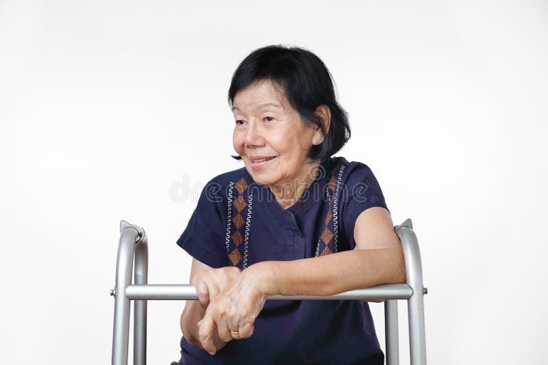 Femme asiatique heureuse détendant à la maison photos stock