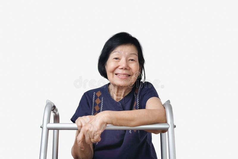 Femme asiatique heureuse détendant à la maison photo stock