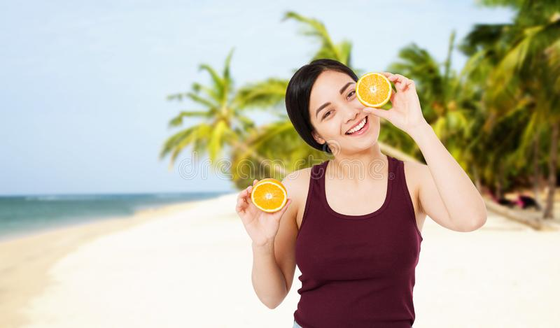 Femme asiatique heureuse de vacances de luxe de voyage regardant la caméra Vue de mer et tropical stupéfiants, l'espace de copie photos stock