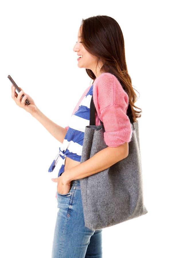 Femme asiatique heureuse souriant au téléphone portable images libres de droits