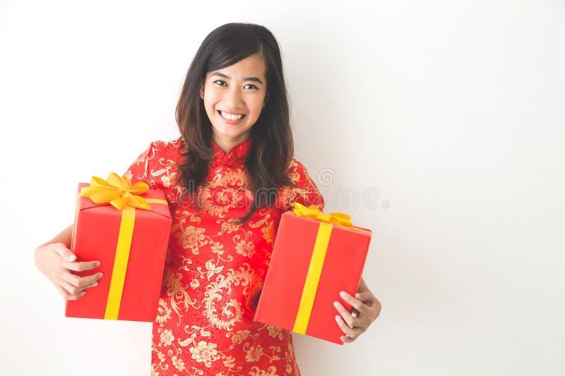 Femme asiatique heureuse tenant dessus le boîte-cadeau tout en célébrant le chinois photo stock
