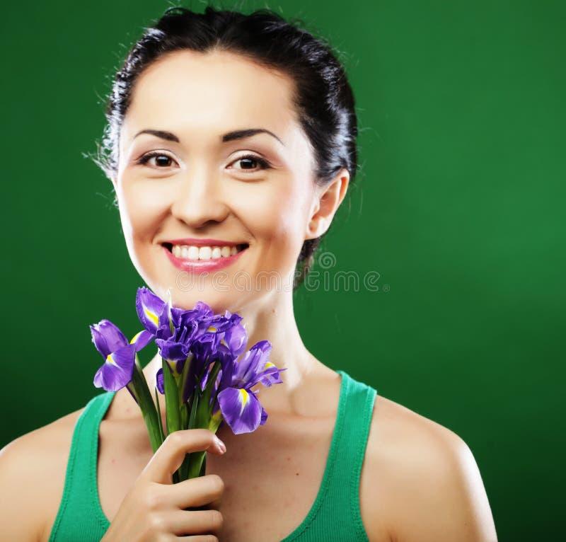 Femme asiatique heureuse tenant un bouquet des iris image stock