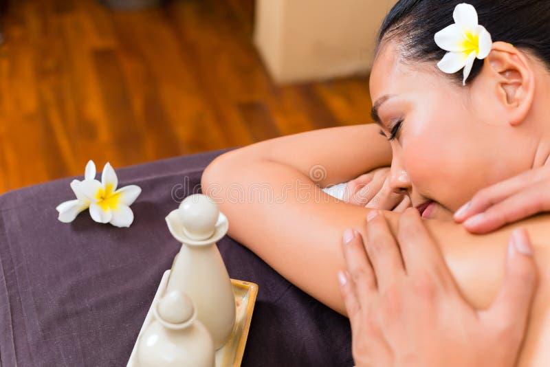 Femme asiatique indonésienne au massage de station thermale de bien-être photos libres de droits