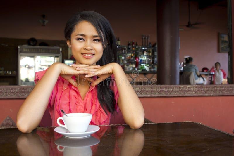 Femme asiatique magnifique en café images stock